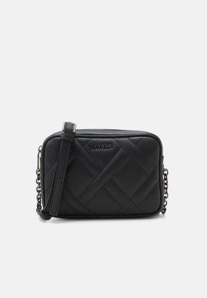 QUILT CAMERA BAG - Across body bag - black