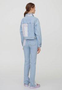 PULL&BEAR - MIT PATCHWORK IN BANDANA-OPTIK - Denim jacket - blue - 2