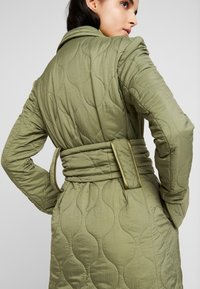 House of Holland - LONGLINE QUILTED TAILORED - Cappotto classico - khaki - 5