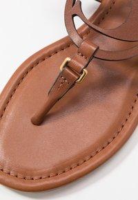 Coach - JERI - Sandály s odděleným palcem - saddle - 2