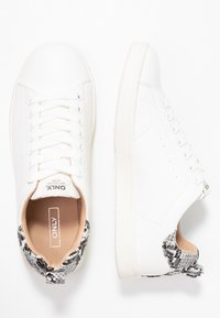 ONLY SHOES - ONLSHILO SNAKE - Baskets basses - white/black - 3
