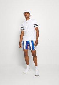 Karl Kani - SIGNATURE STRIPE - Shorts - white/blue - 1