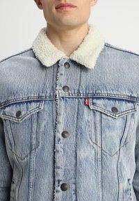 Levi's® - TYPE 3 SHERPA TRUCKER - Kurtka jeansowa - stonebridge - 5