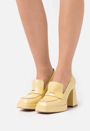 Czółenka na platformie - amarillo