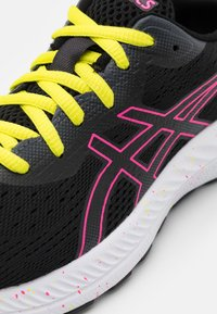 ASICS - GEL EXCITE 8 - Chaussures de running neutres - black/hot pink - 5