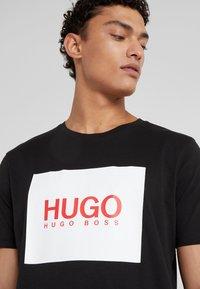 HUGO - DOLIVE - T-shirt med print - black - 4