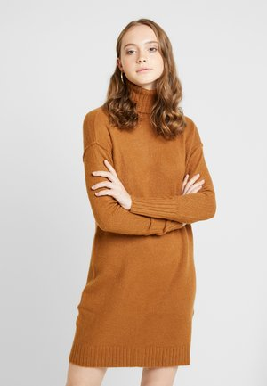 VMLUCI ROLLNECK DRESS - Pletené šaty - tobacco brown