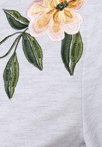 Vila - VILUKI SHOULDER EMBROIDERY - Sweatshirt - light grey melange/pink/green - 2