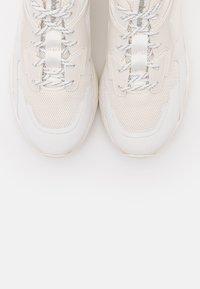 Timberland - DELPHIVILLE - Sneakersy niskie - white - 5