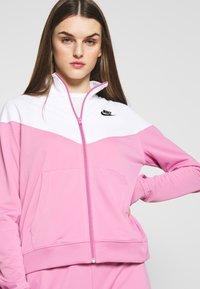 Nike Sportswear - TRACK SUIT SET - Hettejakke - magic flamingo/white - 4