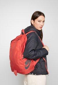 Nike Sportswear - Reppu - track red/dark smoke grey - 5