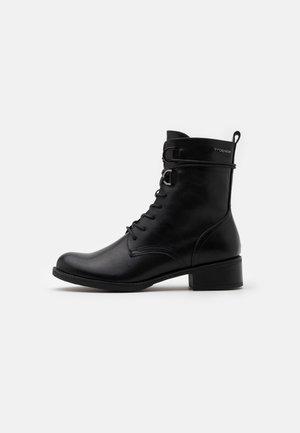 Snørestøvletter - black