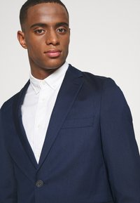 Isaac Dewhirst - THE RELAXED SUIT  - Puku - dark blue - 6