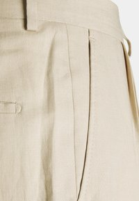J.LINDEBERG - REMY TECH PLEATED PANTS - Suit trousers - sand grey - 2