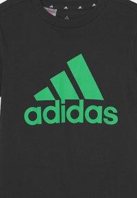 adidas Performance - UNISEX - T-shirt med print - black/semi screaming green - 2