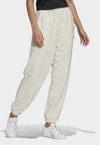 adidas Originals - R.Y.V. JOGGERS - Pantalones deportivos - white - 2