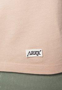 ARKK Copenhagen - BOX LOGO TEE - Basic T-shirt - rose dust - 6