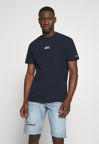 Tommy Jeans - SMALL CENTERED LOGO TEE - Print T-shirt - twilight navy - 0
