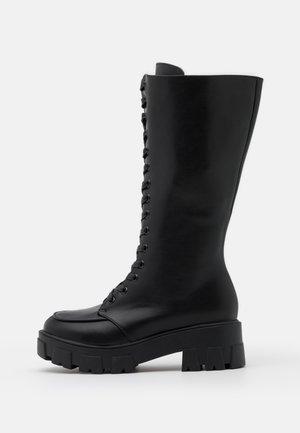 WIDE FIT HANNAH - Platåstøvler - black