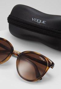 VOGUE Eyewear - Sluneční brýle - brown - 2