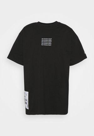 SLOGAN LABEL RUBBER BADGE - Print T-shirt - black