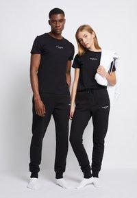 Tommy Hilfiger - LOGO TEE UNISEX - T-shirt con stampa - black - 2