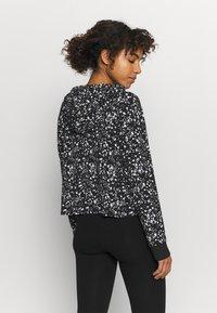 DKNY - SPLATTER PRINT HOODIE - Long sleeved top - black/white - 2