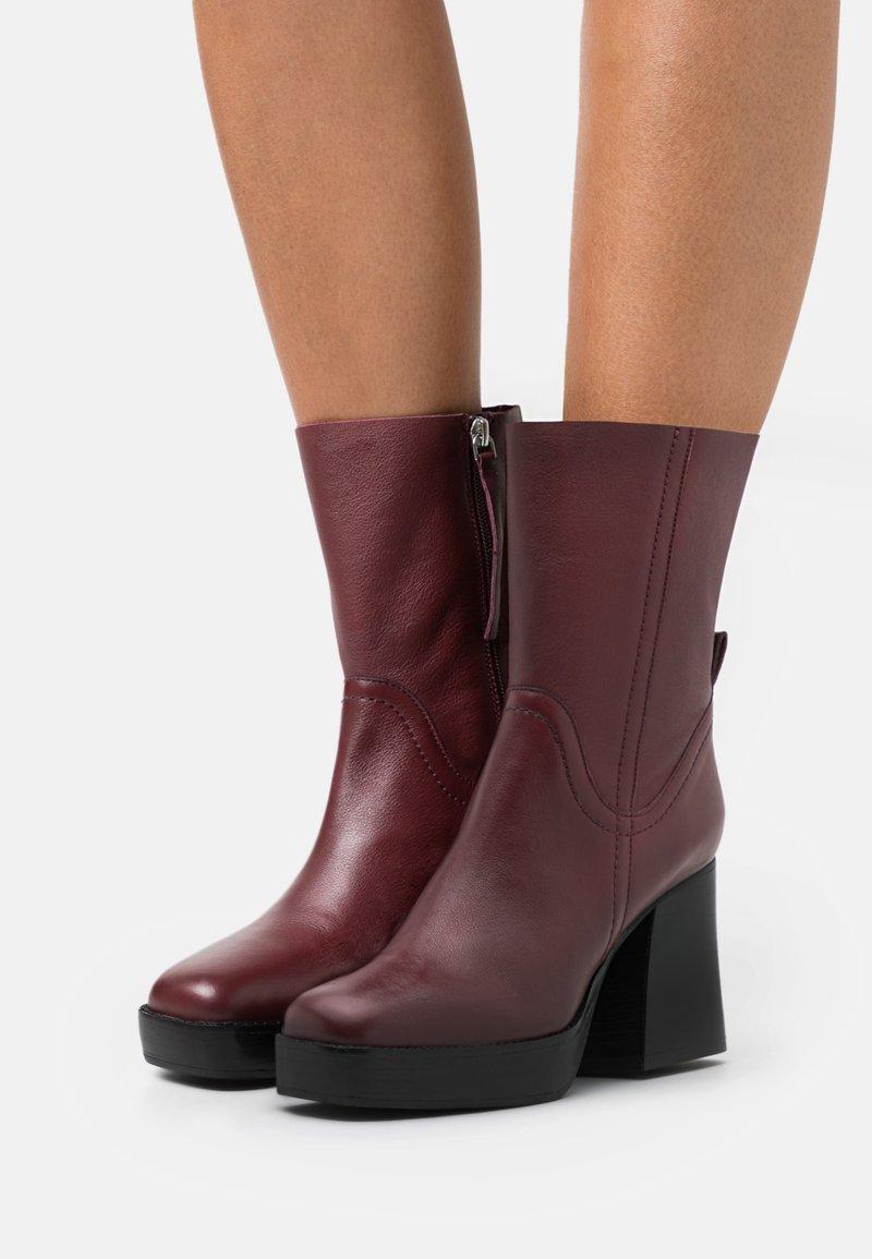 Topshop - HAZZARD MID PLATFORM BOOT - Kotníkové boty na platformě - burgundy
