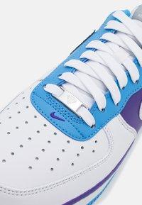 Nike Sportswear - AIR FORCE 1 '07 LV8 EMB - Matalavartiset tennarit - white/coast/field purple - 5