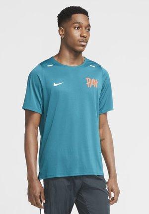 RISE - Print T-shirt - geode teal/team orange