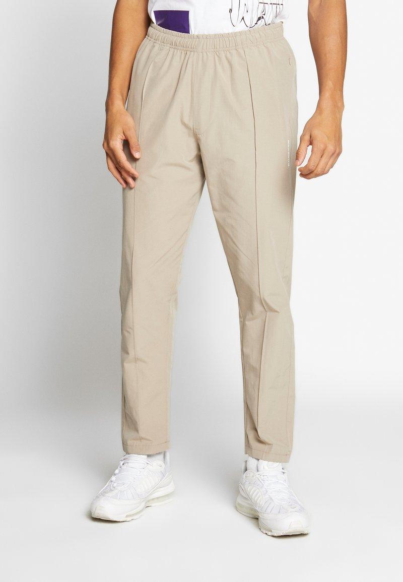 Woodbird - HANSI TRACK PANT - Pantalon classique - sand