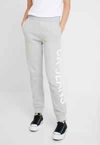 Calvin Klein Jeans - LOGO - Jogginghose - light grey/bright white - 0