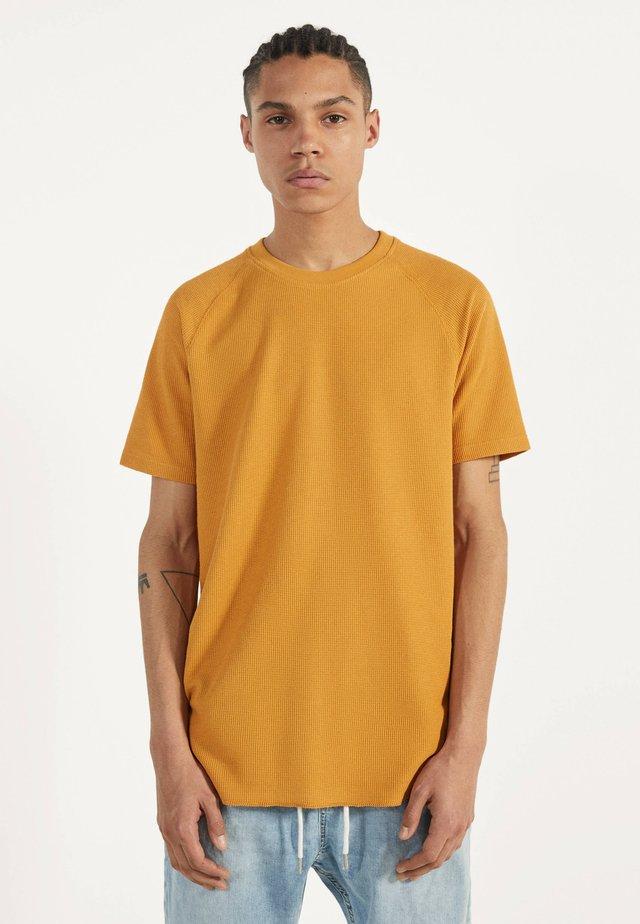 MIT WAFFELGEWEBE - Basic T-shirt - mustard yellow