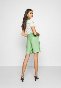 EDITED - JOANIE BERMUDA - Shorts - cameo green - 2