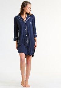 Lauren Ralph Lauren - HERITAGE 3/4 SLEEVE CLASSIC NOTCH COLLAR SLEEPSHIRT - Nattskjorte - dot navy/white - 1