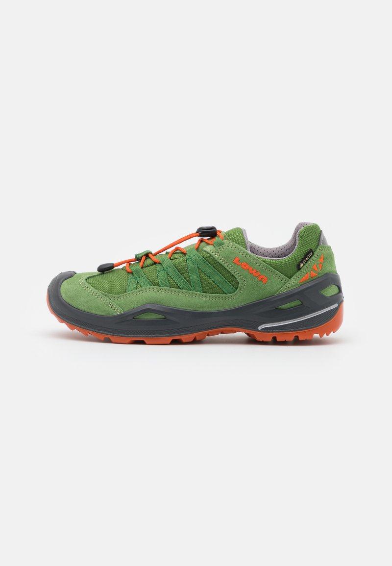 Lowa - ROBIN GTX LO UNISEX - Hiking shoes - grün/orange