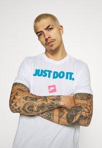 Nike Sportswear - TEE MONTH - T-shirt med print - white/laser blue - 3