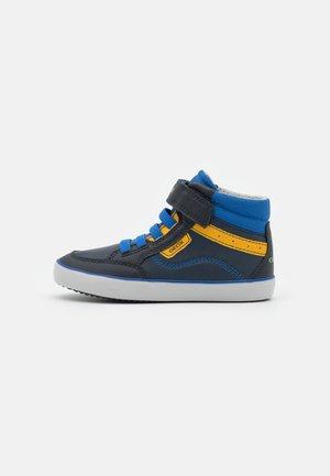 GISLI BOY - Sneakersy wysokie - navy/yellow