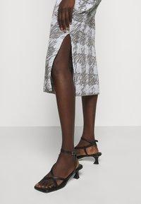 Proenza Schouler White Label - GINGHAM JACQUARD KNIT DRESS - Jumper dress - grey melange/sky - 4