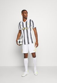 adidas Performance - JUVENTUS AEROREADY SPORTS FOOTBALL SHORTS - Sports shorts - white - 1