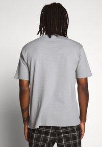 Mennace - ESSENTIAL REGULAR RELAXED SIG TEE UNISEX - Basic T-shirt - slate grey - 2