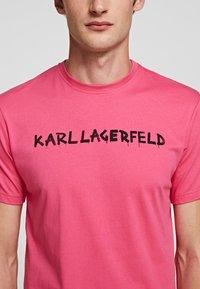 KARL LAGERFELD - Print T-shirt - fuchisa - 2