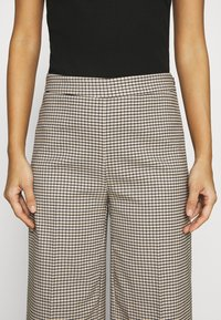 JUST FEMALE - KELLY TROUSERS - Bukse - taupe - 6