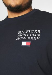 Tommy Hilfiger - YACHT CLUB TEE - Print T-shirt - blue - 5