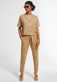 comma - BOXY - Button-down blouse - sahara - 0