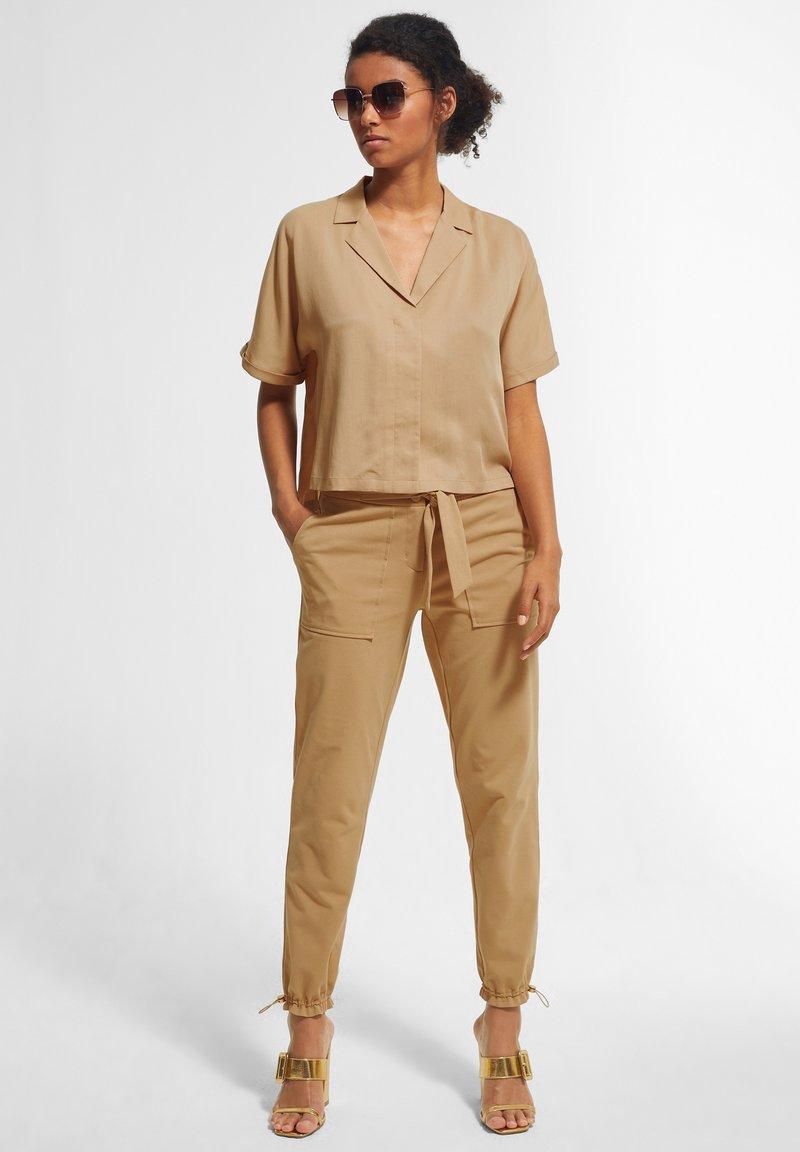 comma - BOXY - Button-down blouse - sahara
