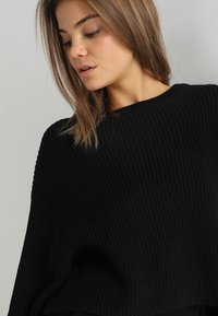 Even&Odd - BASIC- cropped jumper - Stickad tröja - black - 3