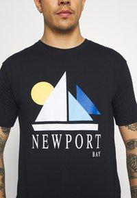 Newport Bay Sailing Club - SAIL - T-shirt con stampa - navy - 5