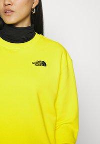 The North Face - OVERSIZED ESSENTIAL CREW - Sweatshirt - sulphur spring green - 5