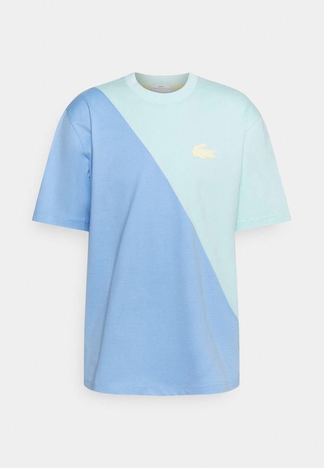UNISEX - Printtipaita - syringa/nattier blue